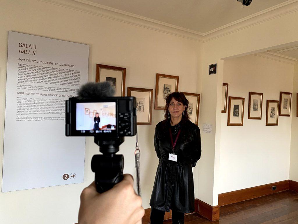 Noemí Martínez, directora del Museo Casa Botines Gaudí en la sala de los caprichos de Goya