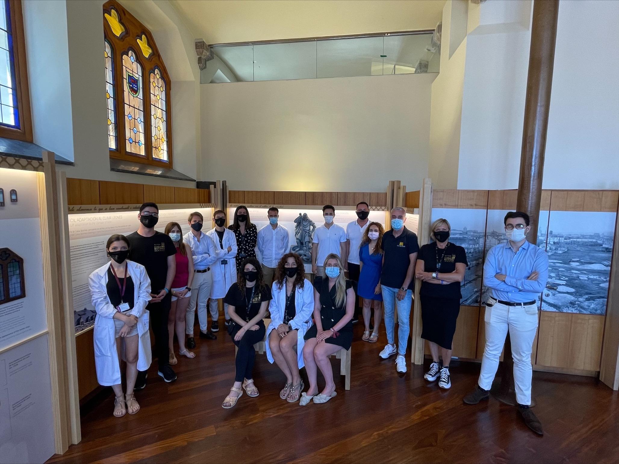 Trabajadores del Museo Casa Botines Gaudí junto a la reproducción del San Jorge colocada en la exposición de Museo.